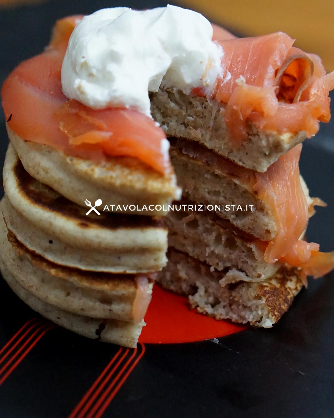 Pancake salati con salmone e yogurt greco