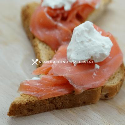 Pane tostato con salmone e yogurt greco