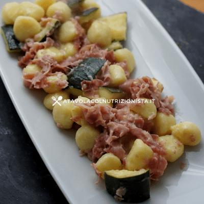 Gnocchi di patate con zucchine e prosciutto cotto e crema di yogurt greco