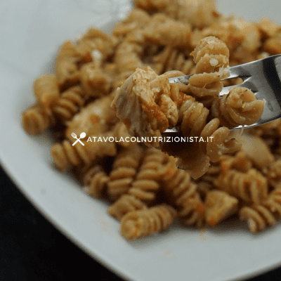 Pasta integrale con pollo e pomodoro