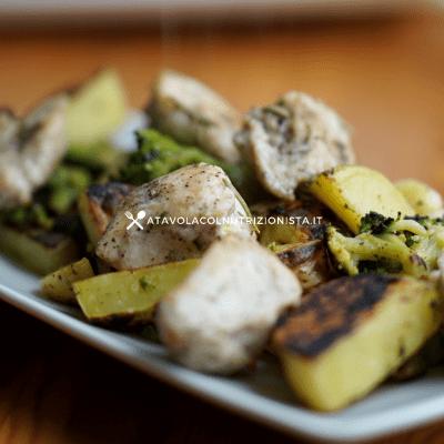 Bocconcini di pollo al forno con patate e broccoli