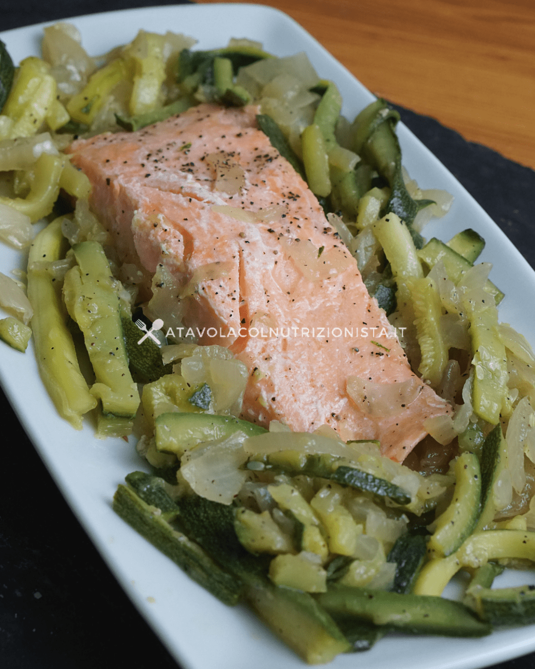 Filetto di salmone con zucchine julienne