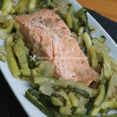 filetto di salmone con zucchine julienne
