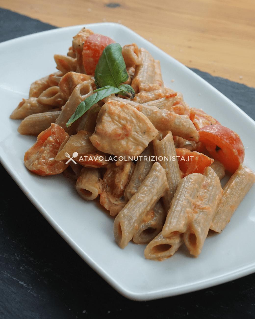 Pasta integrale con pollo, pomodorini e crema di yogurt greco