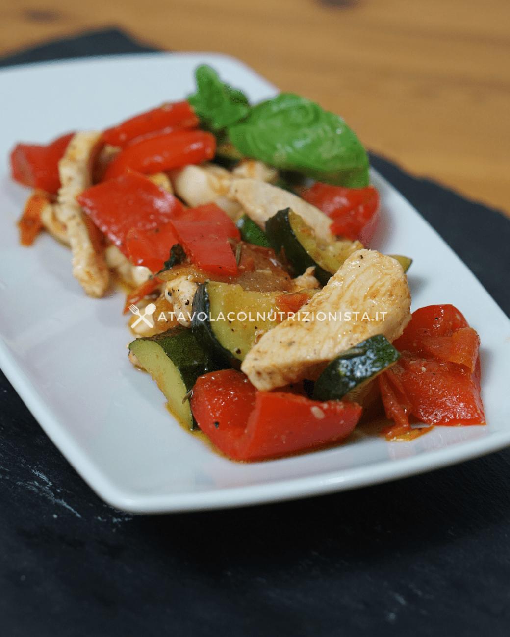 Straccetti di petto di pollo con peperoni, zucchine e pomodori