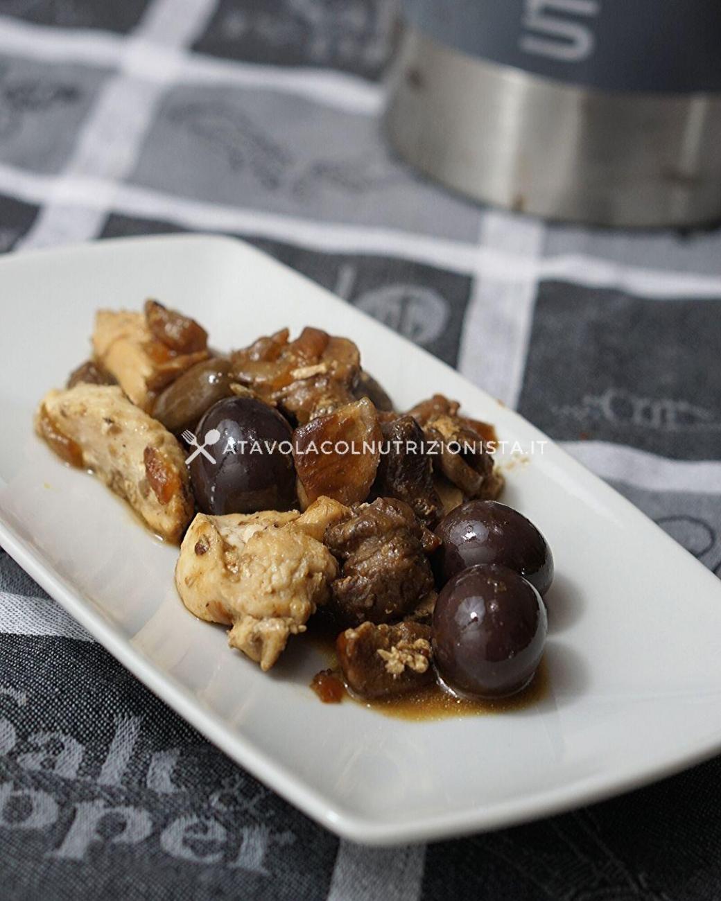 Bocconcini di Pollo con Funghi e Olive Nere: la ricetta del secondo gustoso e leggero