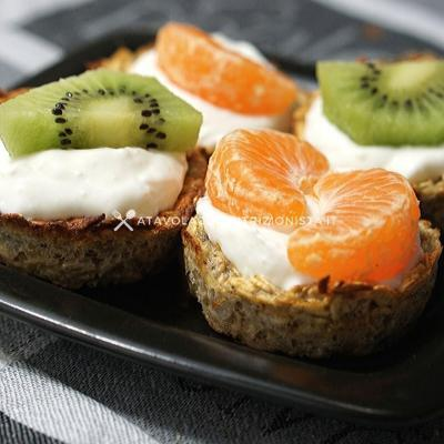 cestini di fiocchi di avena e albume con yogurt greco e frutta
