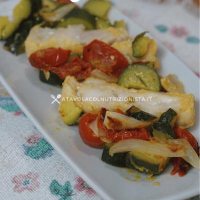 filetto di merluzzo zucchine pomodorini e cipolla
