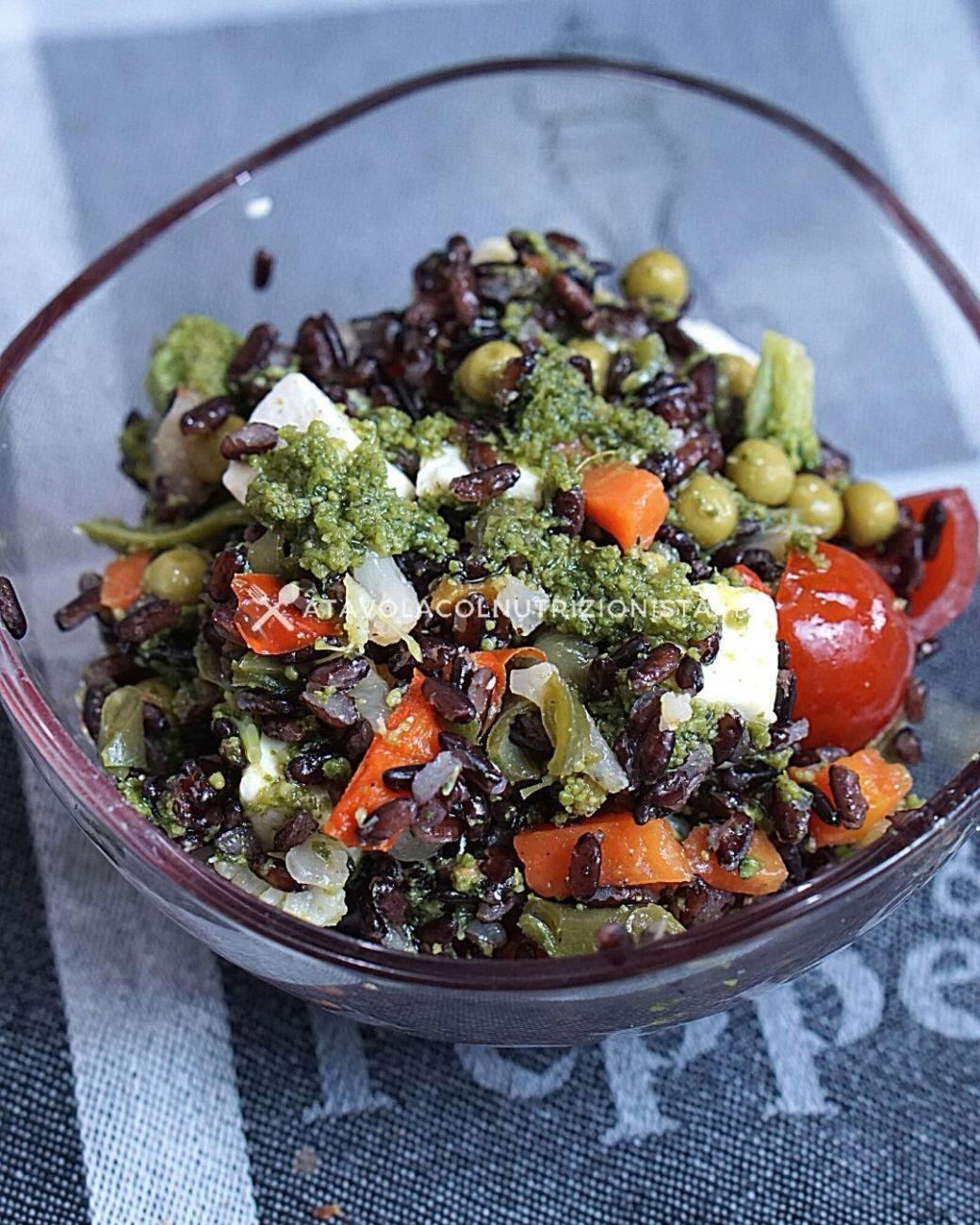Insalata di Riso Venere con Verdure, Feta, Olive e Pesto
