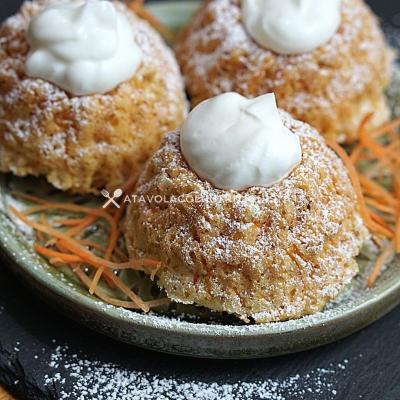Ciambelline alle Carote con Crema di Yogurt Greco Senza Zuccheri Aggiunti, una ricetta per un dolce leggero e gustoso e con poche calorie