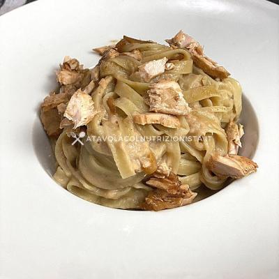 ricetta pasta con crema di salmone e cipolle