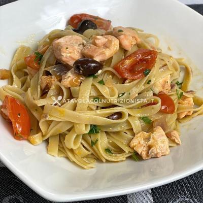 ricetta Pasta con Salmone Olive e Pomodorini