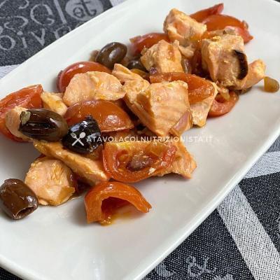 ricetta Filetto di Salmone con Olive e Pomodorini